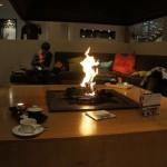 ホテル内の暖炉コーナー